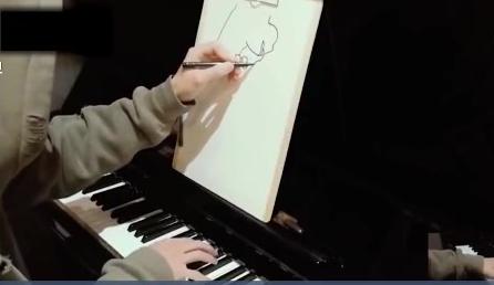 一心二用有绝技 一手弹琴一手绘画