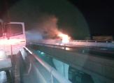 郑州一客货车凌晨突发自燃 正作业的洒水车紧急灭火