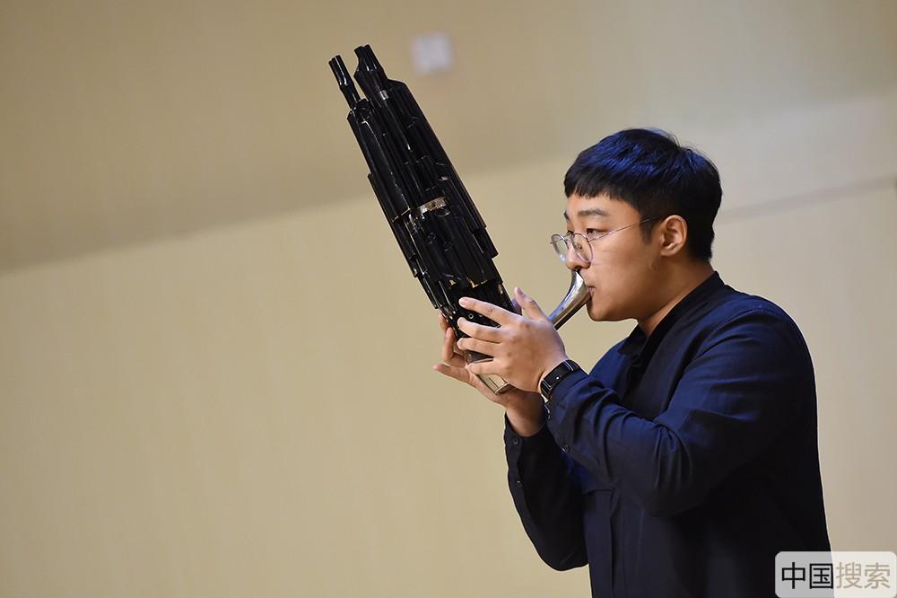 器乐节目——笙独奏《沂蒙山歌》让观众在笙悠扬连绵的声音里,感受到了中国民族乐器的独特魅力。中国搜索宋家儒摄