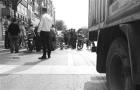 女子夹缝中骑车被刮倒 两车主互相指责是对方责任