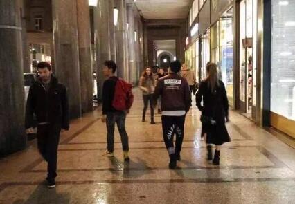 10月4日凌晨,周杰伦与妻子昆凌在意大利逛街时被网友发现.