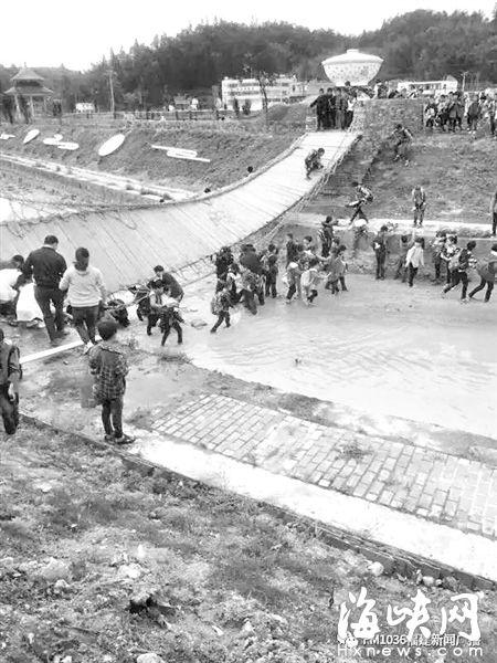 福建一铁索桥断裂15小学生v众人众人奋力施救兴义市地图小学图片