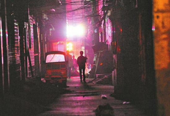 最大 郭尧 济南/胡同里没有路灯,头顶电线密布。本版照片均由记者郭尧摄