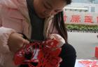河南女大学生街头义卖剪纸救弟弟