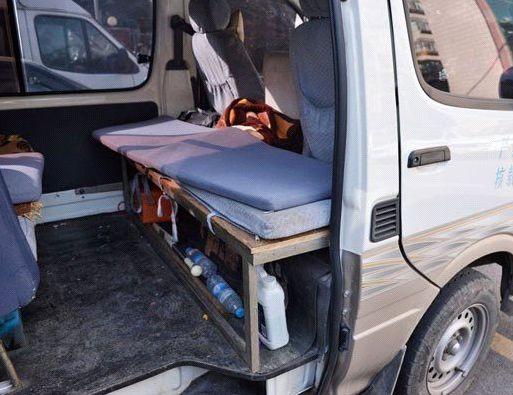 核心提示:1月27日一大早,昆明市公安局交警支队三大队民警在官南立交下层执勤时,发现一辆面包车逆行而来,民警当即将其拦下,而在接下来的检查中却发现了更严重的问题:这辆面包车原本核载7人,而车内却连司机在内挤下了18人。  面包车内部结构已被改装。 据办案民警介绍,他们将面包车拦下检查时,发现驾驶员的神情非常紧张,而且该车除驾驶室外,其他窗户全部都用深色贴膜覆盖,无法看到车内情况。见此情景,民警要求将车门打开检查。 驾驶员极不情愿地打开了车门,里面的情况令民警大吃一惊:狭小的车厢内密密麻麻地挤满了人。民警随