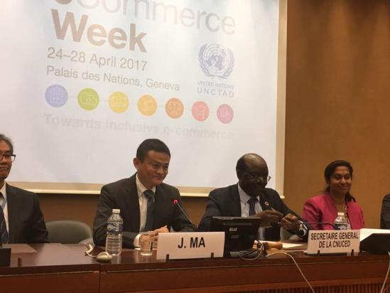 当天,马云与联合国贸易和发展会议秘书长基图伊一起,在联合国日内瓦总部与大学生们交流2.jpg