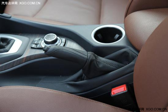 来到车内,BMW X1的整体内饰风格豪华运动,整体造型与老款变化不大,围绕驾驶者的设计现已是主流,能让驾驶者更方便直观的操控车内一切。内饰的配色方面新增选项,除了老款的米黑配色之外有红黑、棕黑选择。中控台上的黑色部分虽然不是真皮,但软质材料的手感还不错,大面积棕红色的Nevada真皮才是主角,灰/深绿色滚边加以点缀显得不单调。不得不说,百年品牌设计出来的内饰的确能让驾乘者看着舒服。  X1的多功能方向盘采用三副式设计,真皮包裹手感细腻,银色饰条做到点睛之笔,且带有换挡拨片。方向盘前后上下电动调节,并带