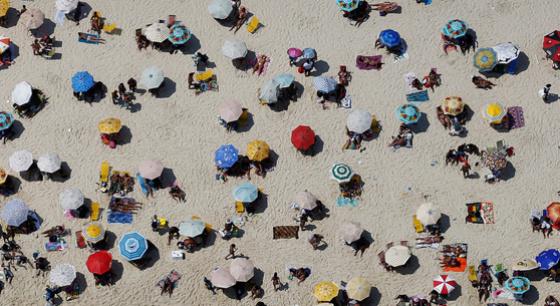 巴西民众扎堆海滩享受南半球热辣夏日