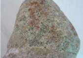 皮壳那么丑的翡翠原石,切开后竟然是高冰种