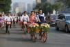 小伙骑共享单车娶新娘 一个车队只花30元