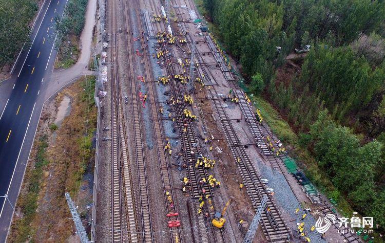 300铁路工人徒手搬动万斤铁轨