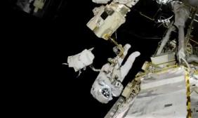 国际空间站宇航员进行太空行走更换机器臂