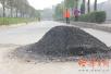摩托车撞上路上沥青堆 车上两人飞出近20米身亡