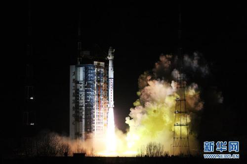 """11月15日2时35分,我国在太原卫星发射中心用长征四号丙运载火箭,成功将""""风云三号D""""气象卫星发射升空,卫星顺利进入预定轨道。新华社发 张宏伟 摄 图片来源:新华网"""