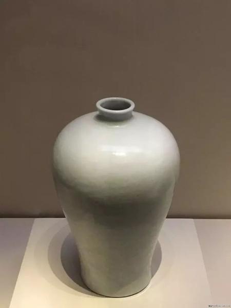 明永乐-白釉暗花缠枝莲纹梅瓶-国家博物馆藏。梅瓶在多年的器形流传中,最大的细节改变在于肩部线条和角度的改变。