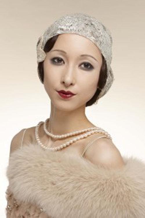 """据日本媒体报道,近日网络上流传着反映英国、俄罗斯女性妆容百年变化史的组图。其实,资生堂公司也曾公布了日本女性妆容的百年变迁,还预测了2020年的化妆风格,引起人们热议。该公司还分析称,女性妆容可以反映社会气氛,女子的脸与社会背景、经济动向等共同发生改变。如社会经济良好的时候,女性妆容明艳,以红唇和粗眉为主流。反之经济情况不好时,流行细眉、冷眼妆容。如果遇到天灾或社会动荡,就恢复到自然妆。最近日本女性唇妆逐渐变亮,还开始流行粗眉,反映出经济的恢复。这组照片由同一模特拍摄,但在不同的妆容下,面貌竟然大相径庭。让我们领略一下化妆的神奇之处。20世纪20年代,大正年间的摩登女郎。能让人感受到""""这就是大正年间的美女!""""。"""