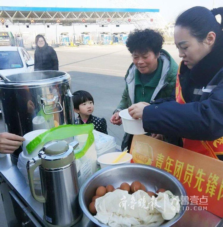 澳门网络赌博第一公司:天寒地冻!济南高速站送碗甜沫暖暖心