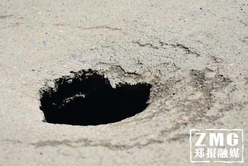 """郑州一道路再次塌陷 洞口不大却""""别有洞天"""""""