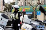 """邯郸:男子酒驾送家人就医 交警当""""代驾"""""""