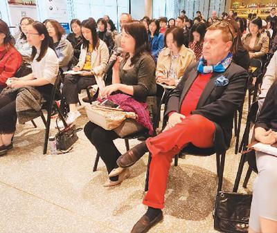 在《外国人才签证制度实施办法》宣介会现场,某商会的工作人员正在提问。图片来源:人民日报海外版