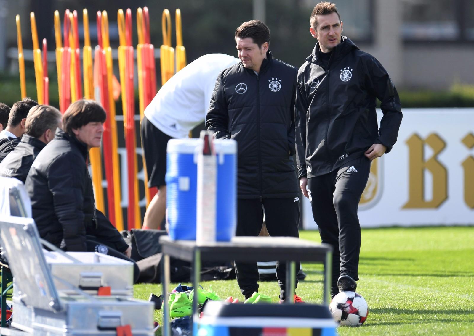图为2017年3月24日,德国队助理教练克洛泽(右一)在备战2018年俄罗斯世界杯预选赛欧洲区对阵阿塞拜疆队的训练中。