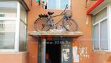 抚顺这辆自行车放在单元门的雨搭上 还能骑下来吗?