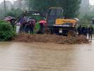 村民组长排水坠入涵洞 200警民展开大营救