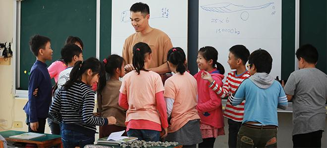 《同一堂课》杨祐宁手绘抽象派蓝鲸,网友调侃称灵魂画手