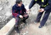 八旬老人骑车翻沟 漯河交警及时救助解难题