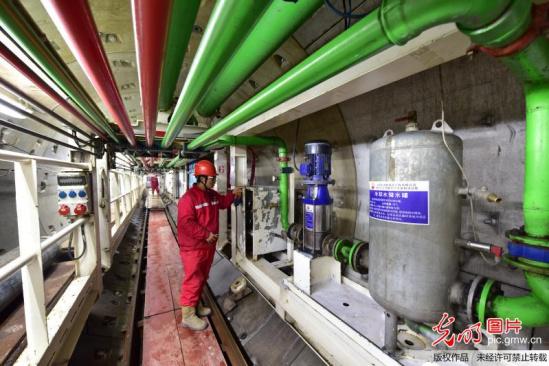 中国 隧道/核心提示:中国石油管道局四公司盾构员工在额木尔河盾构隧道内...