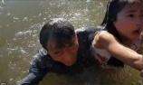 驚險!小女孩被海獅叼入水