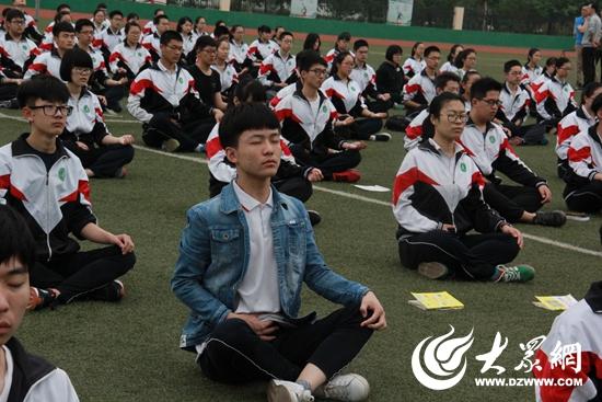 日照千余名高三学生练习瑜伽 迎战高考