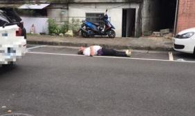 老人平躺地上抢停车位: