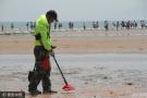 """沙滩""""淘金者""""每天清理10斤硬币和钉子"""
