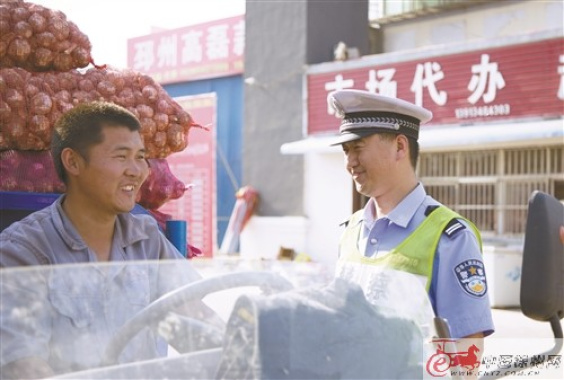 """徐州邳州交警全力保障蒜农""""致富路""""安全畅通"""