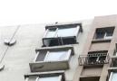 鞍山一居民家阳台突然垮塌 砸坏楼下多辆私家车