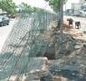 路边防护网歪斜绊倒电动车 淄博高考生被绊倒摔成骨折