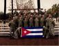 美军一大爱好系与缴获旗帜合影 一旗帜上有汉字(图)