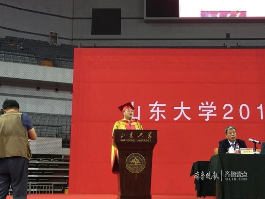 山大毕业典礼 校长张荣:陪你们一起成长