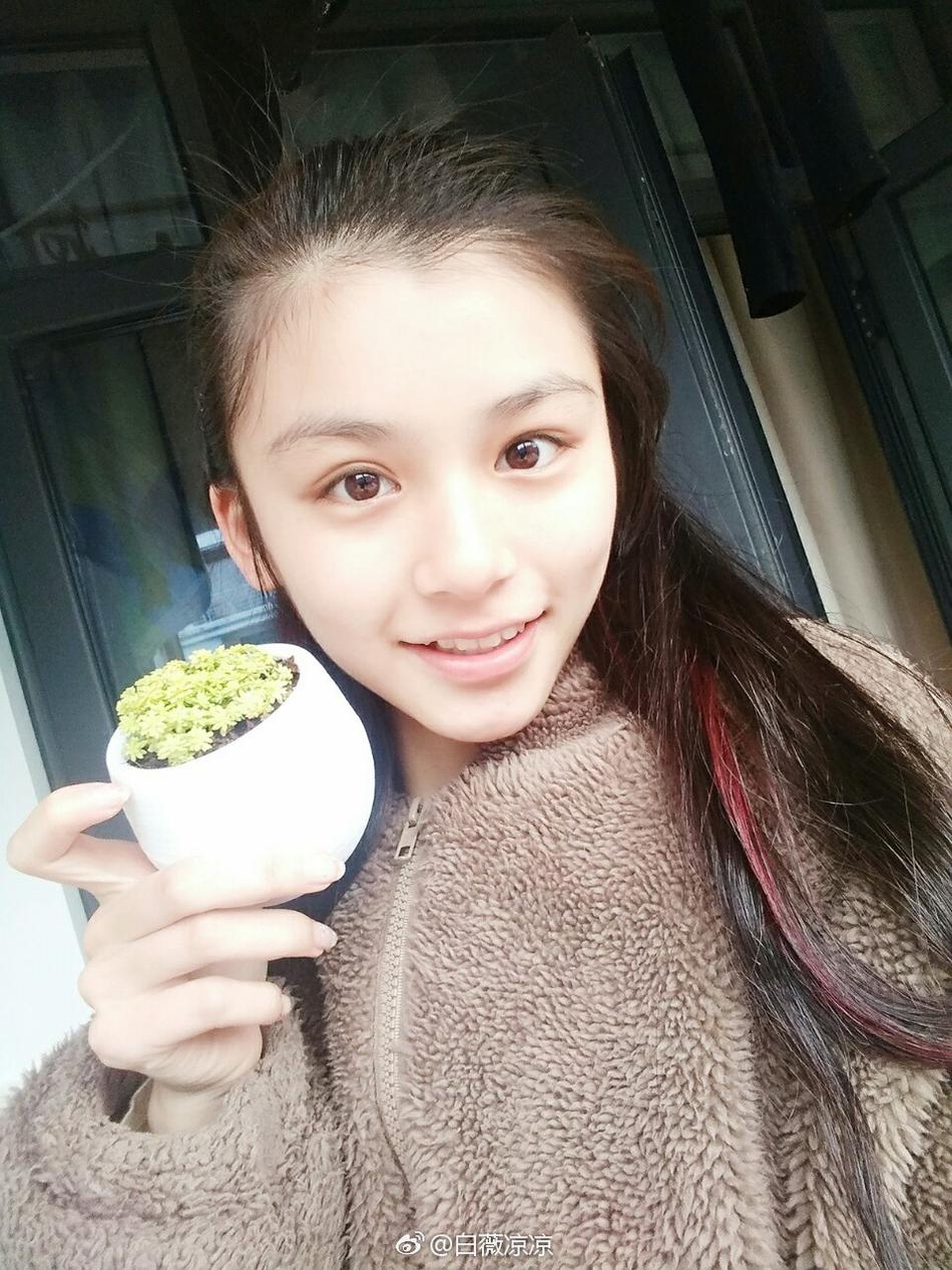 南京审计大学校花晒校园写真 青春靓丽