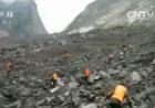 山体垮塌现场不断有山石滚落 官兵冒险抓紧搜救