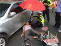 """烈日街头漯河辅警席地而坐 为受伤老人撑伞当""""枕头"""""""