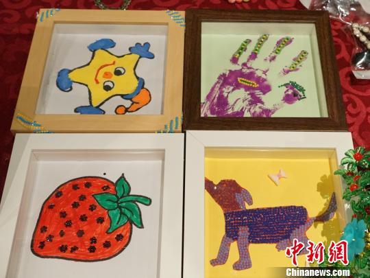 图为活动现场,自闭症儿童手工制品。 党田野 摄