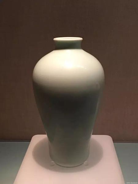 而清朝开始,梅瓶可能已成为了非常普遍的器形,在烧制时少了些天生丽质的脱俗感,而更多地展现了人工技艺的痕迹。清雍正-粉青釉梅瓶-国家博物馆藏