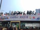 """音乐快闪、巴士巡游——香港掀起一股""""熊猫热"""""""