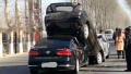 多辆车高速行驶前车急刹 后车追尾将其高高铲起