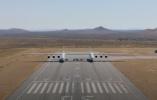 全球最大双体机身飞机完成地面滑行测试 预计明年首飞