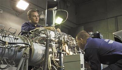 工程师正将发动机放入试车台,为发动机试车做准备。图片来源:科技日报