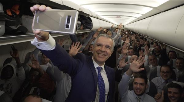 真天上掉馅饼!200名飞机乘客每人免费获赠一台三星Note 8