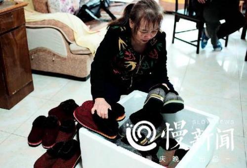 △张兴会将自己亲手缝制的保暖鞋装箱,准备送给边防官兵。